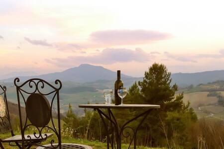 Impressive villa w/garden, views - Montelparo