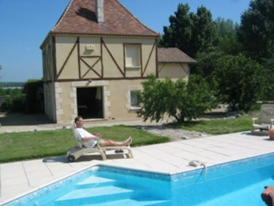 vue extérieur de la maison et de la piscine