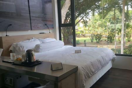 Deluxe King Garden view (Room 119) - Melaka - Bed & Breakfast