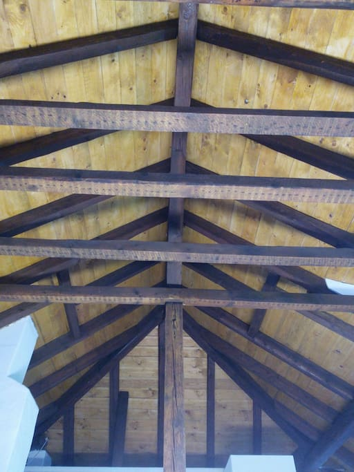 Hohe Decken durch die freigelegten Dachbalken