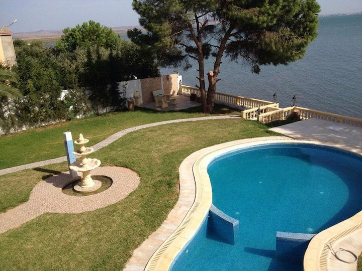 Maison et piscine  House with pool