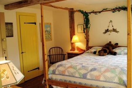 A Vermont Country Inn - Yellow room - Fairfax