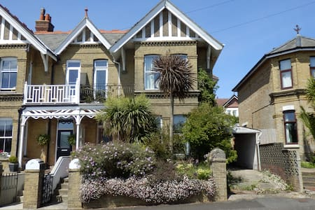 Boniface Lodge, spacious Edwardian holiday villa. - Shanklin