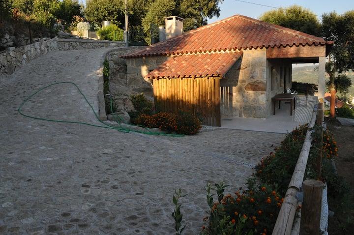 CASA da ENCOSTA AL (casa em ambiente rural).