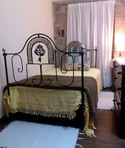Casinha do Beco, quarto amarelo - Gouveia
