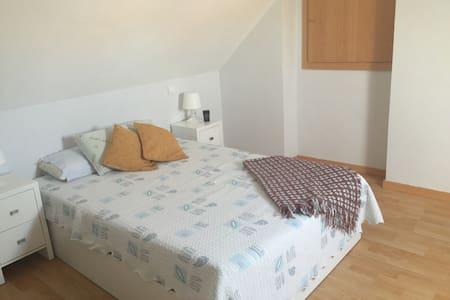 Habitación en atico muy acogedor - Madrid