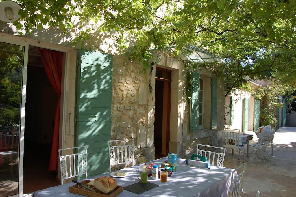 La terrasse ombragée de 100 m2 pour des petits déjeuners inoubliables