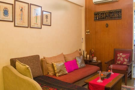 Cozy Pvt room with bath near BKC