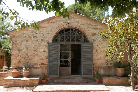 Beautiful artist's studio cottage - San Giovanni D'asso - 家庭式旅館