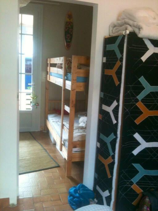 Chambre enfant avec deux lits simples supperposés
