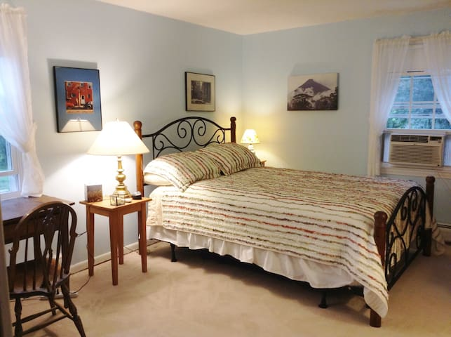 Warm Country Home Minutes from Town - Northampton - Casa