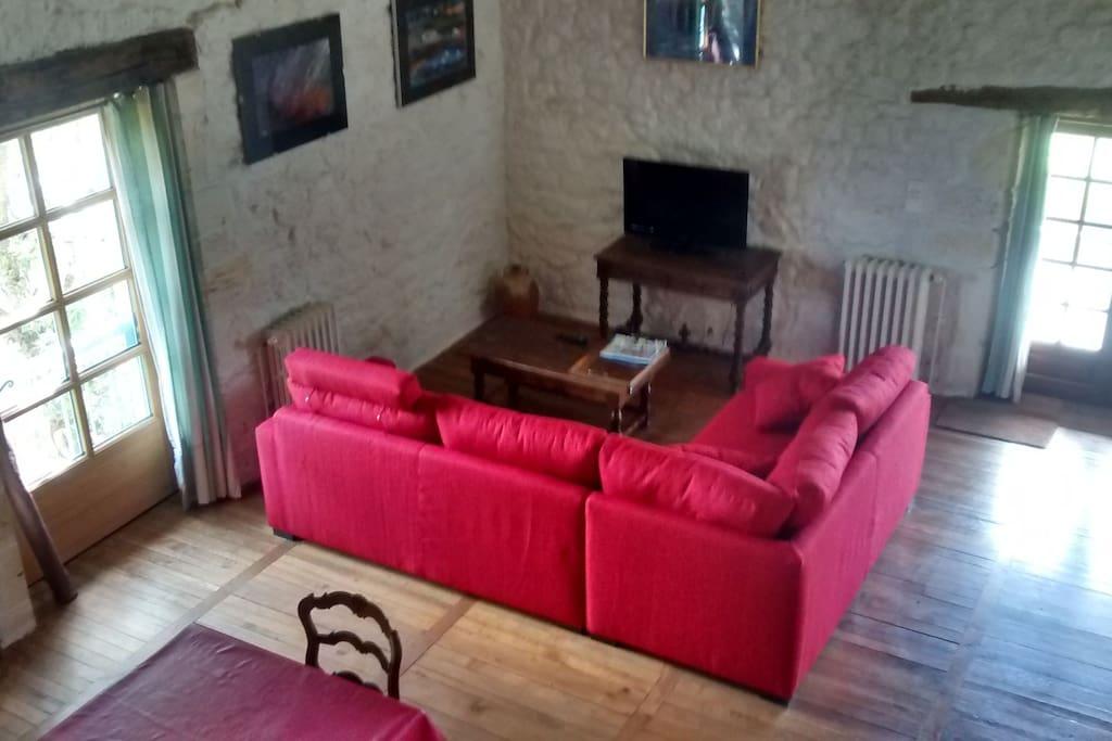 grande salle à vivre dans le loft  clair et confortable