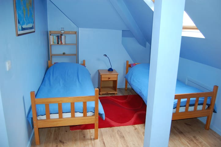 Flexible rooms in spacious home. - West Kirby