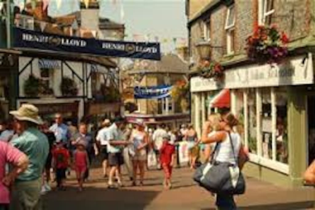 Buzzing Highstreet with superb shops and restaurants