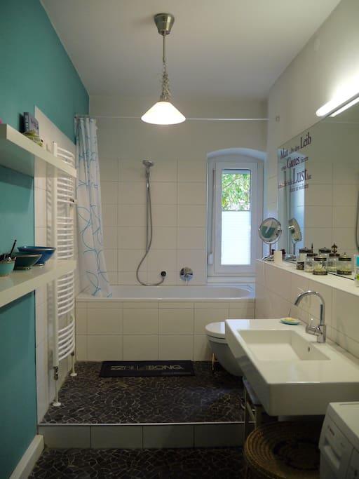 Bad mit Fußbodenheizung und Natursteinboden