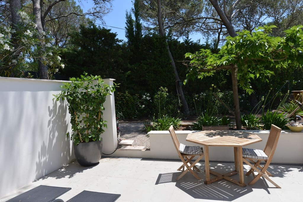 Terrasse privée, 2 bains de soleils table et chaises teck