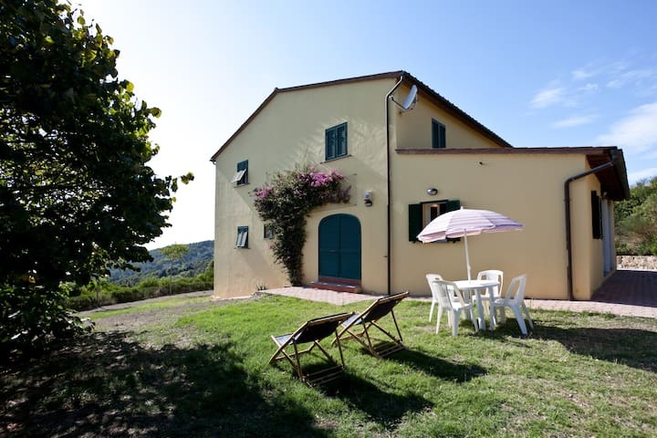 Very quite house in the woody hill with sea view - Livorno - Hus