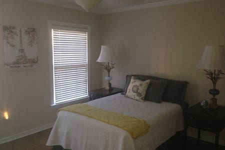 One bedroom with private bath - Dunwoody