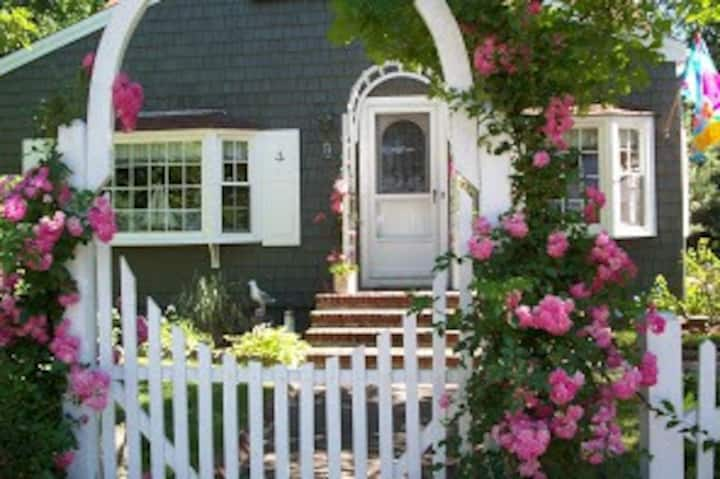 Lovely Storybook Cape Cod Cottage /Bayside Beach