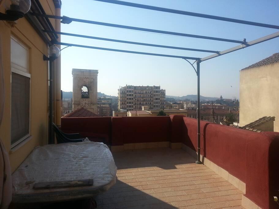Appartamento con terrazza in centro appartamenti in for Appartamento sardegna agosto