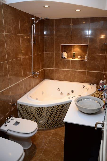baño completo con jacuzzi