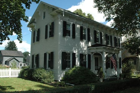 Historic Home in Charming Boalsburg - Boalsburg - Casa