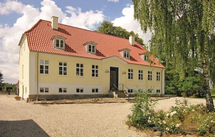 Smuk Præstegård i HC Andersen idyl - Otterup