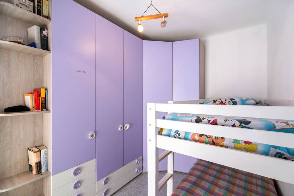 Bonita habitacion con dos camas literas y aire acondicionado