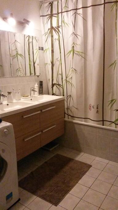 baignoire et nécessaire de toilette à disposition