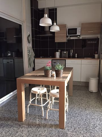 Cozy and fully equiped kitchen,  with dinnertable for four. With on the countertop a 4 burner stove, the sink, watercooker and n'espresso coffeemachine. Microwave-oven and dishwasher..