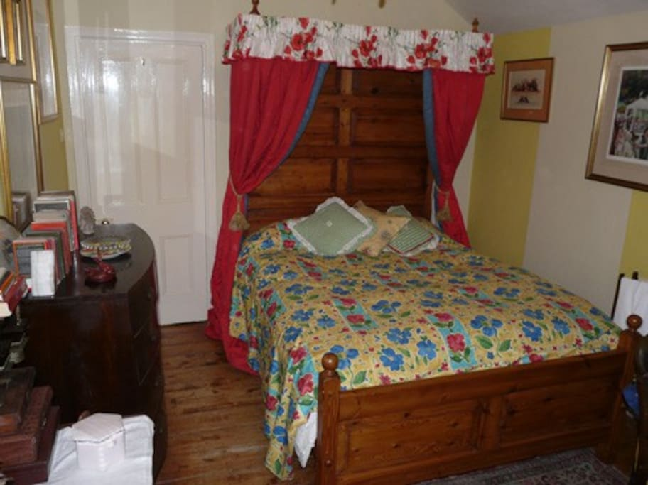 double room with half tester bed