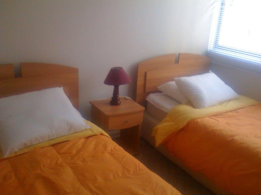 Dormitorio con 2 camas de una plaza cada una