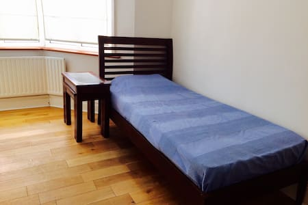 En Suite Single Close to Amenities - New Malden - House