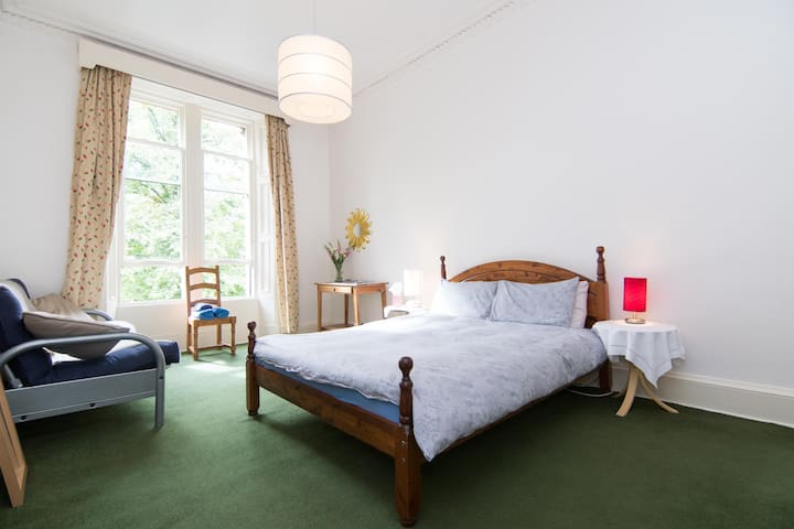 West End Room in Leafy Lane