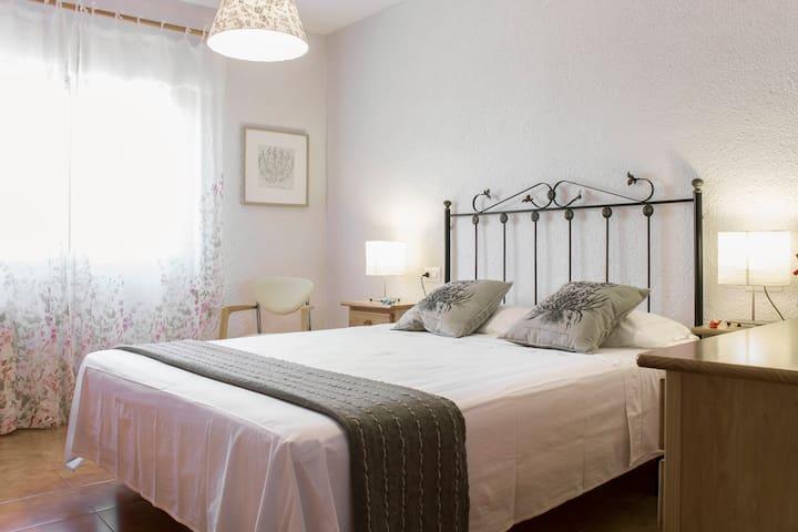 Una habitació romàntica amb llit de matrimoni i aire condicionat. / A romantic room with double bed and a brand-new air conditionning.