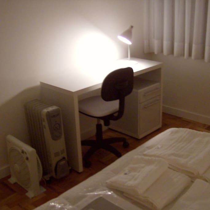 Mesa com cadeira, luminária, lixeira