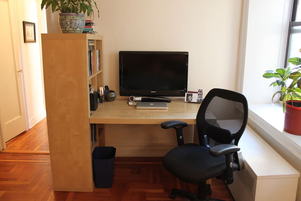 Desk and Flatscreen TV (bring your own laptop with HDMI hookup)