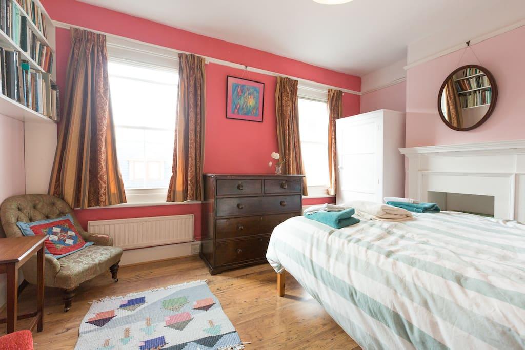 main bedroom upstairs, kingsize bed