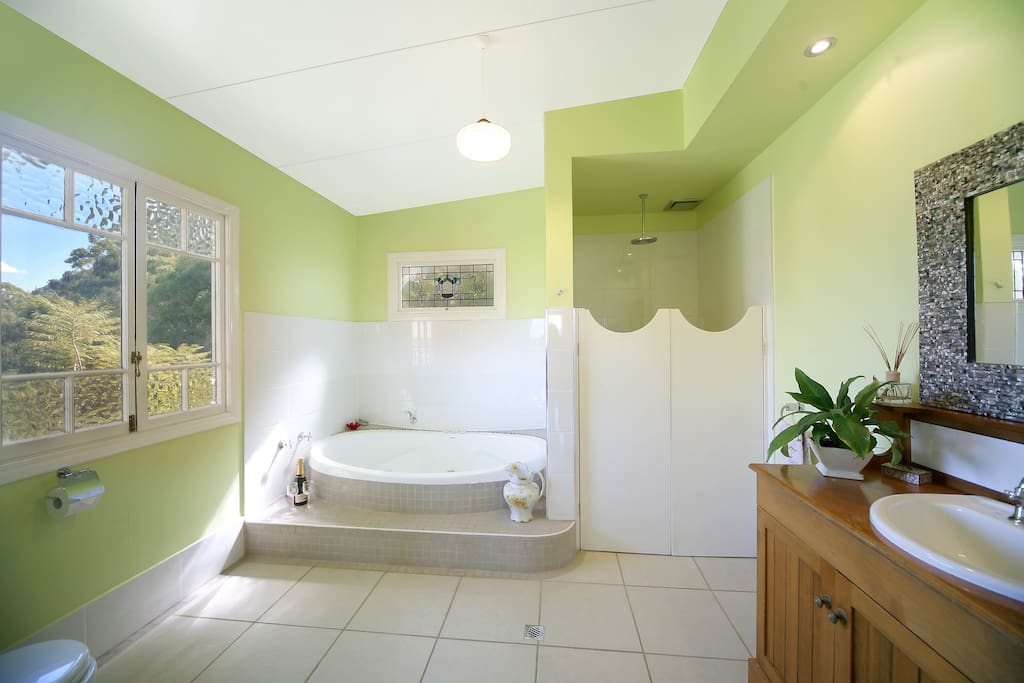 Kangaroo Lodge Bathroom. Enjoy a glass of Bubbly in our romantic Spa.