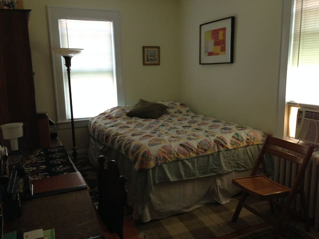 Cozy private bedroom- near NYC bus - Bloomfield - Casa