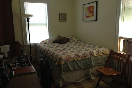 Cozy private bedroom- near NYC bus - 布洛姆菲尔德(Bloomfield) - 独立屋