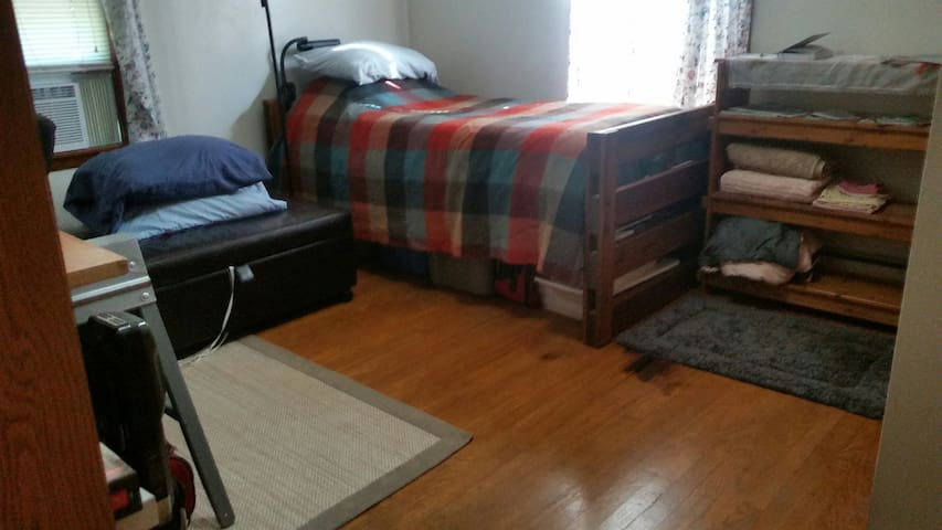 Heart of Blacksburg, bedroom for 1-2 people
