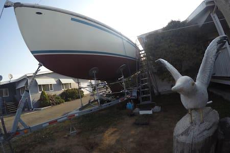 :-) Landlubberly nautical berth aboard - S/V BRETA - Harbor - 船