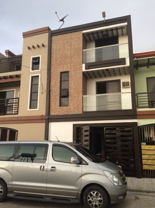 Modern design 3storey Apartment plus rooftop about 10minutes to Manila International Airport, quiet place, friendly neighbor , more parking spaces. Perfect for parties and family bonding.
