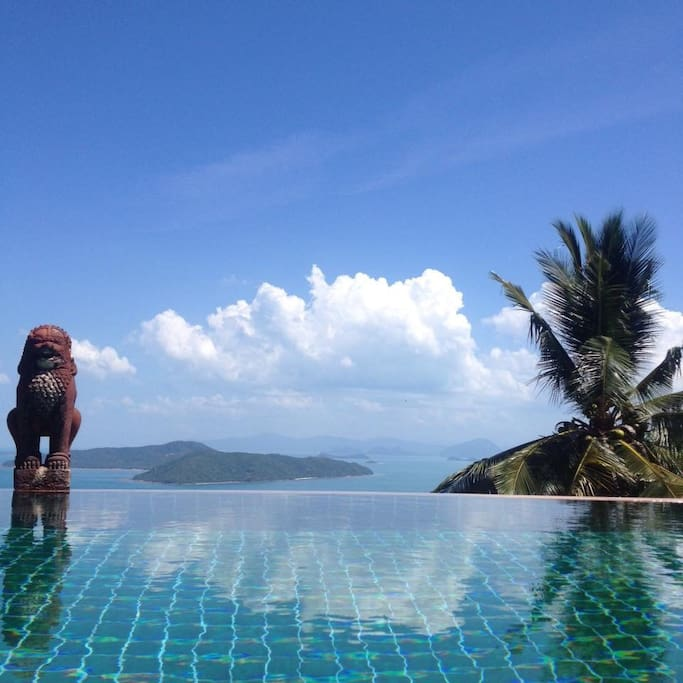 Sea view over the infinity pool