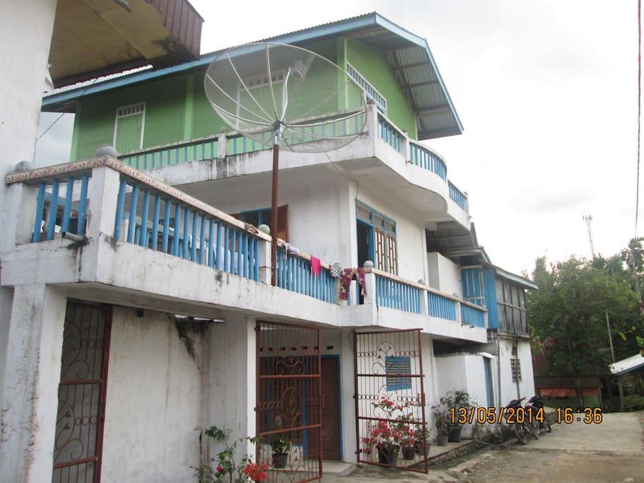 Kost Villa Flamboyan tampak samping. memperlihatkan bagian tengah gedung dengan lantai 1, lantai 2, dan lantai 3. (Foto iambil dari samping bagian belakang)