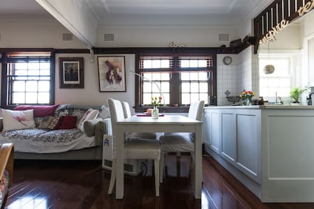 Offering a queen size bed in the heart of Crows Nest in my quirky & welcoming three-bedroom apartment. There is a sunroom attached to the bedroom with a sitting area and your own television and bar fridge. Shared bathroom and separate toilet.