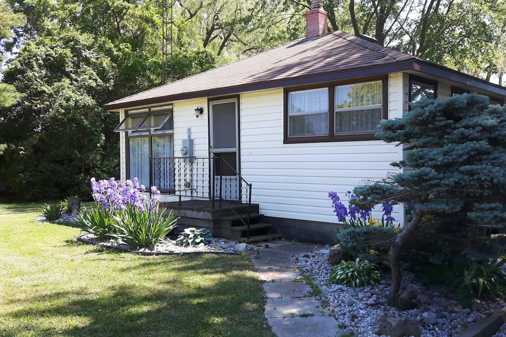 Cozy cottage on canal cottages for rent in chatham kent for Cozy canadian cottage