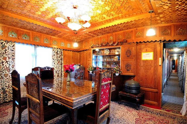 Royal Family Room !! - Srinagar