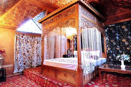Deluxe Honymoon Suite on Houseboat - Srinagar - B&B